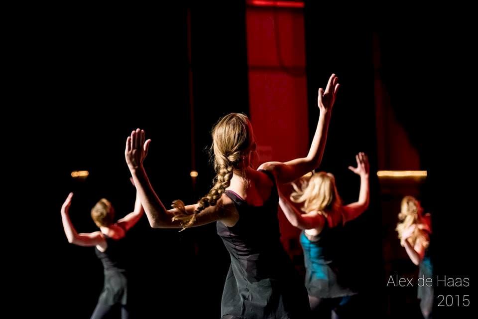 Balletschool Heerhugowaard dansles dans les geven zwarte pakjes leerlingen juf dansjuf uitleggen danszaal modern jazz volwassenen optreden COOL Theater choreografie Alicia Keys